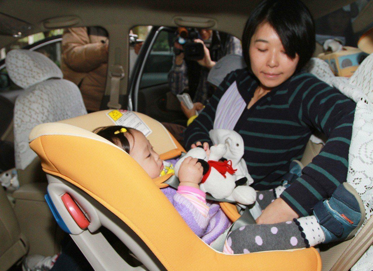 靖娟基金會力推「後向式兒童安全座椅」,認為「前向式」不夠安全,易造成嬰兒搖晃症候...