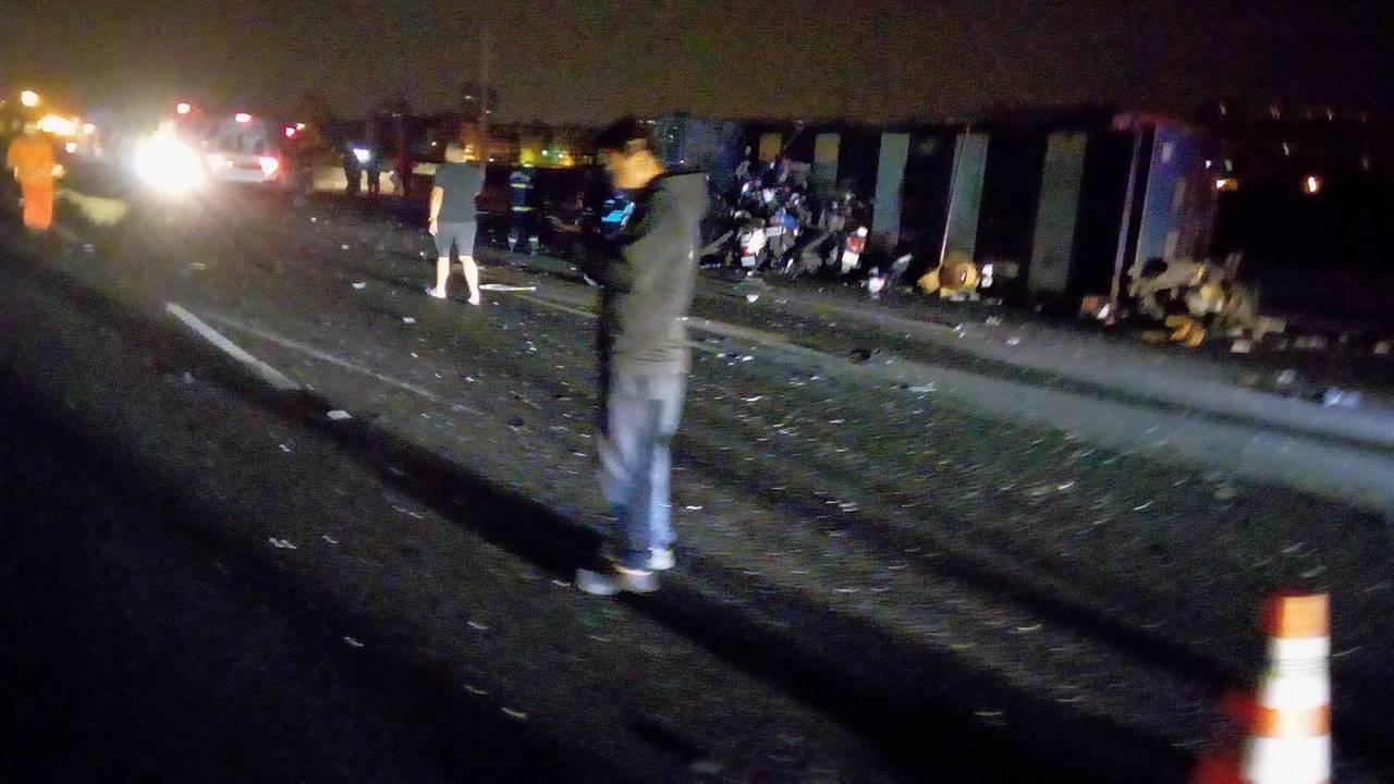 國道一號南下鼎金段今天凌晨發生8車連環撞的重大車禍。記者林伯驊/翻攝