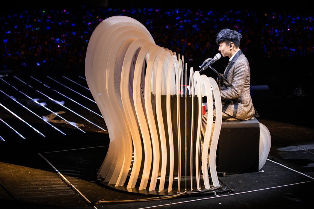林俊傑在個唱上自彈自唱。圖/JFJ Productions提供