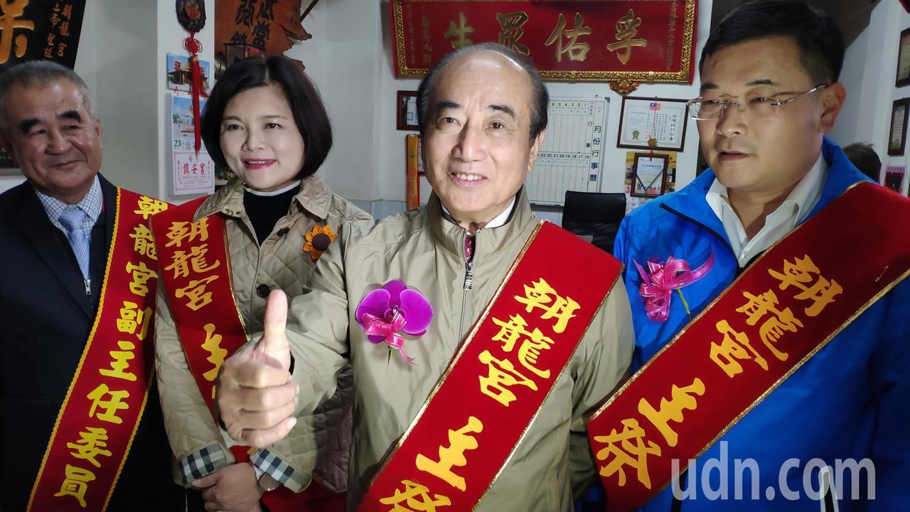 前立法院長王金平(右2)今天到雲林斗六朝龍宮參拜,他表示會繼續努力贏得勝選。記者...