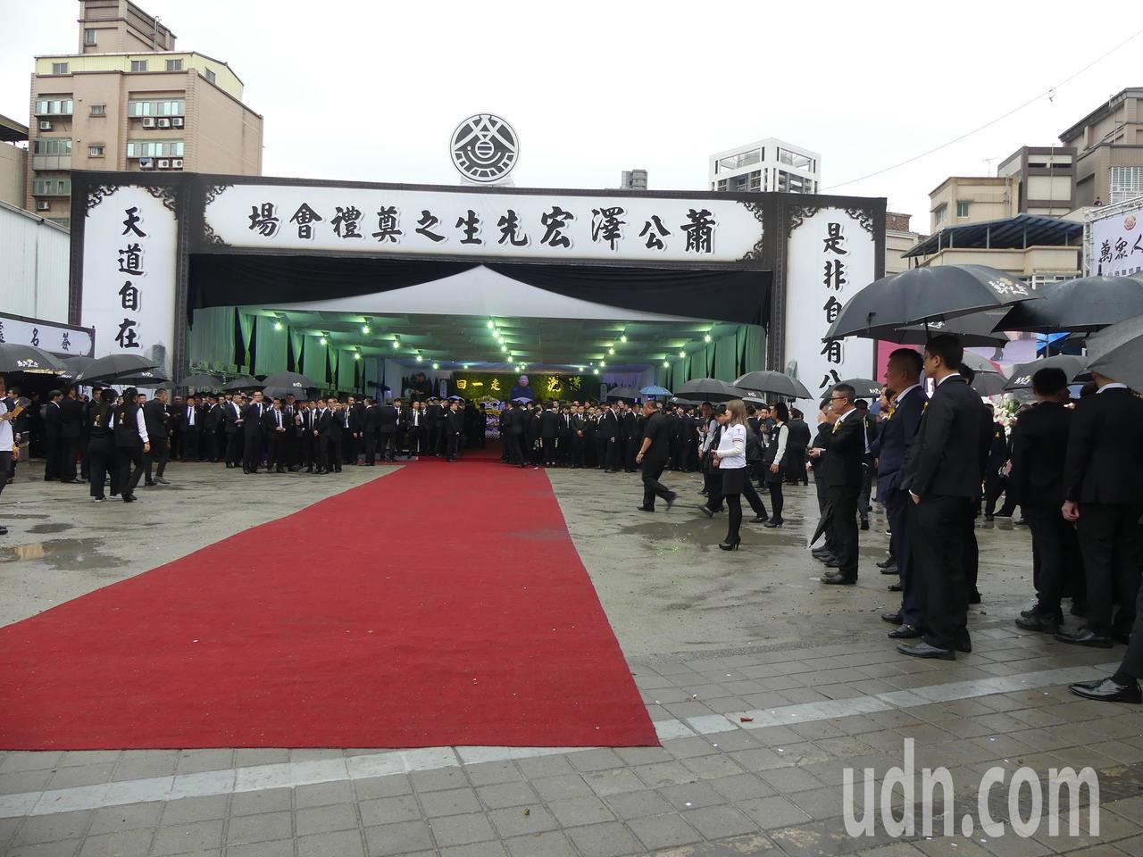 天道盟前盟主蕭澤宏今天下午在新北市蘆洲區舉行告別式,警方動員超過400警力全程監...