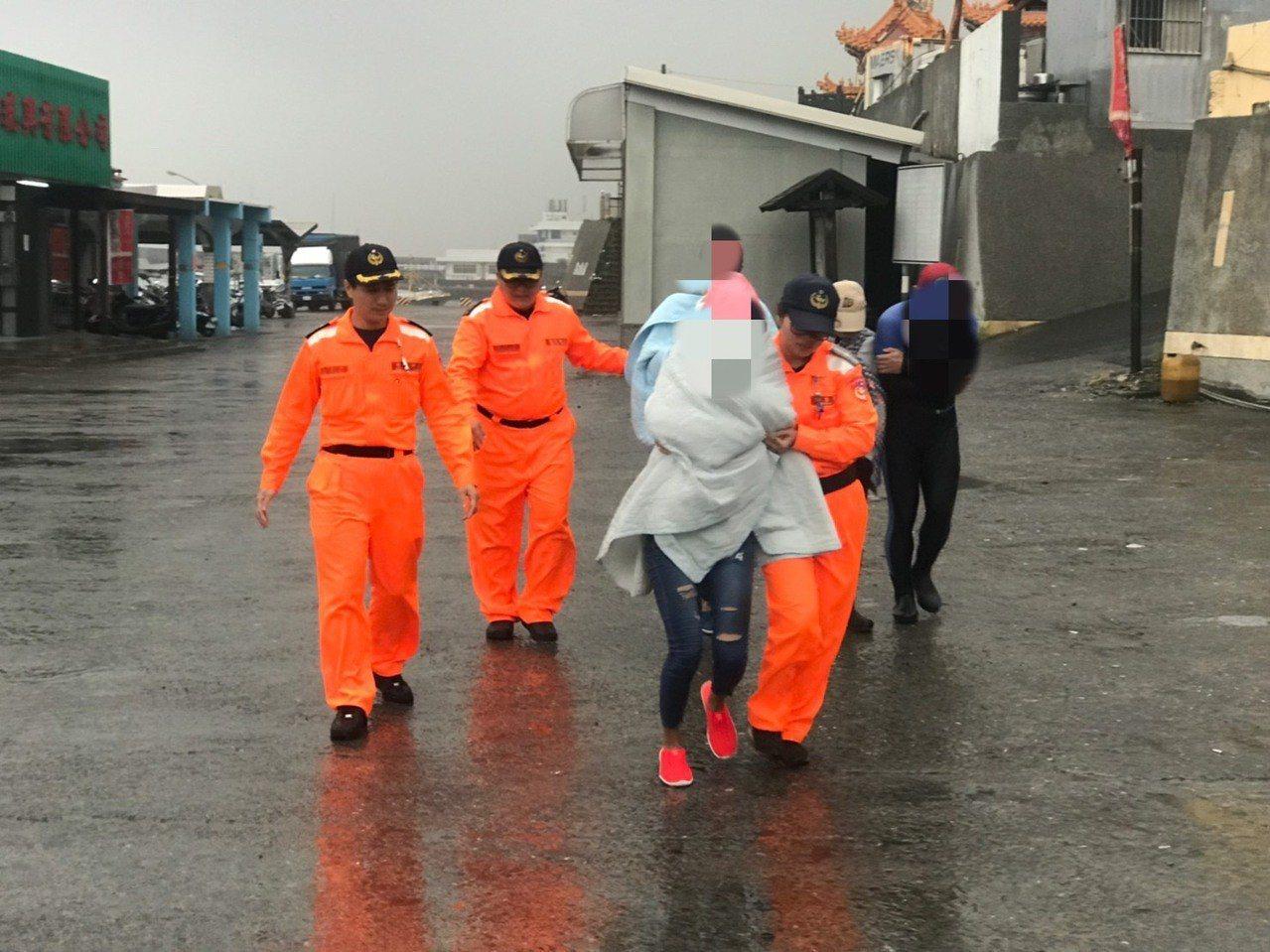 10人划獨木舟體力不繼,所幸海巡及漁民及時救援。圖/海巡南部分署第五岸巡隊提供