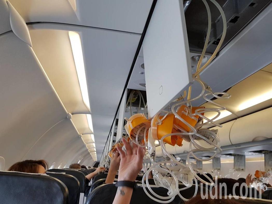 乘客見氧氣面罩掉落,仍先拉來戴上。記者王宏舜/攝影