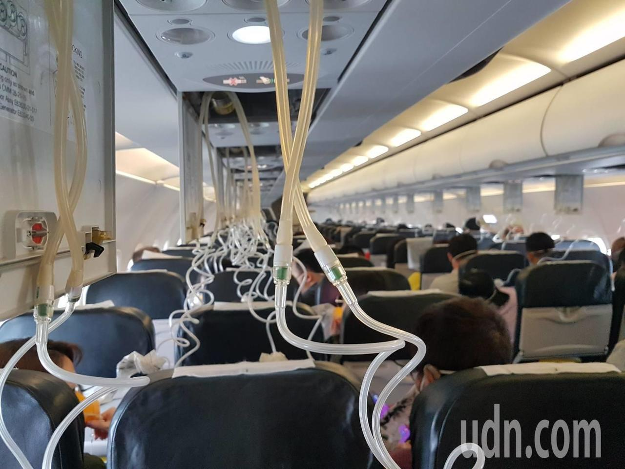 酷航飛台北班機降落前因艙壓異常,氧氣面罩瞬間全掉落。記者王宏舜/攝影
