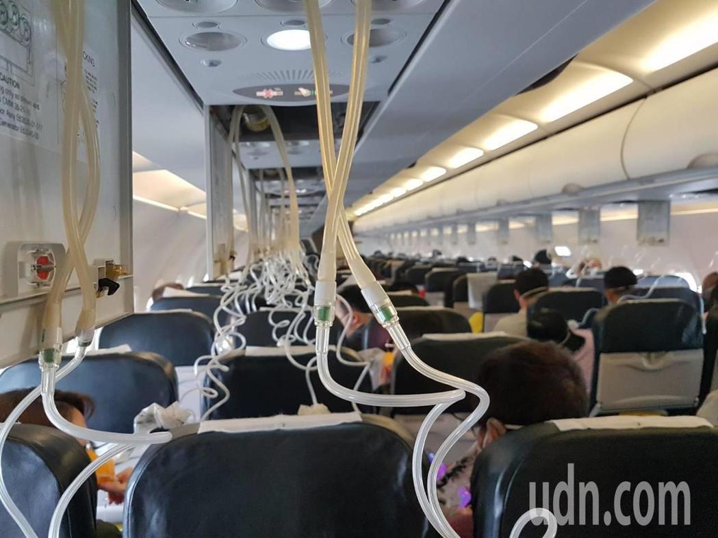 酷航飛台北班機降落前因艙壓異常,氧氣面罩瞬間全掉落。記者王宏順/攝影