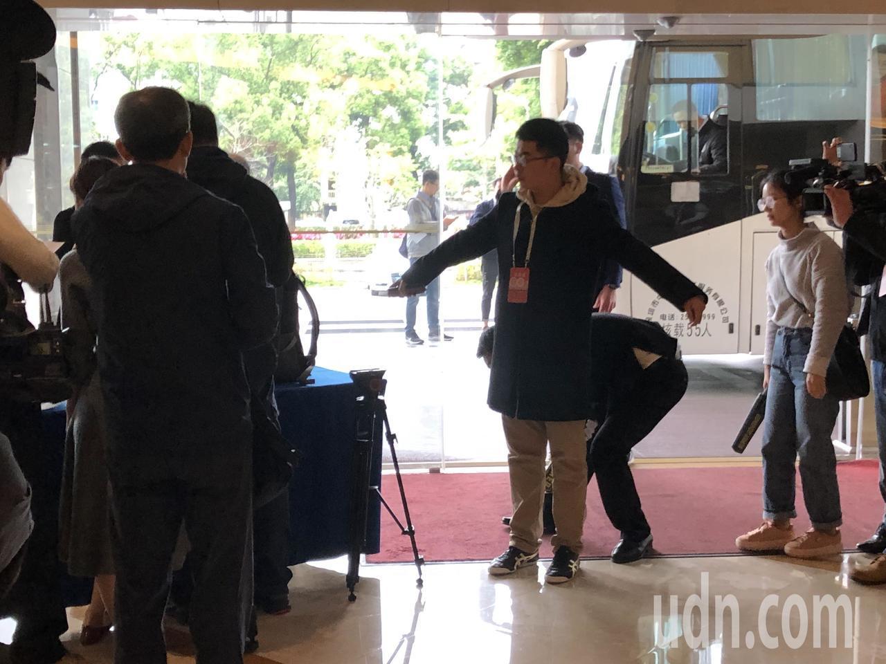 深圳官方就直接在酒店門口搜身,不少記者也猛拍。記者蔡家蓁/攝影