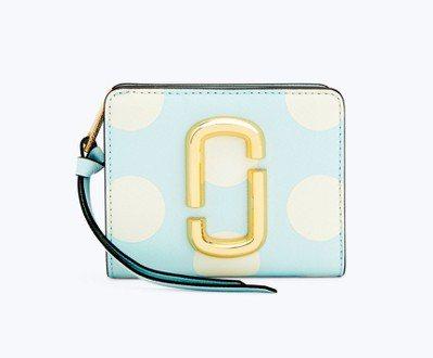 白圓點天藍色短夾,6,890元。圖/Marc Jacobs提供