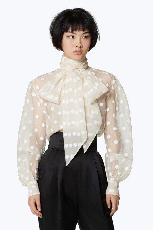 Marc Jacobs以米色烏干紗搭配植絨圓點貼片打造蝴蝶結領襯衫,圓點貼片為性...