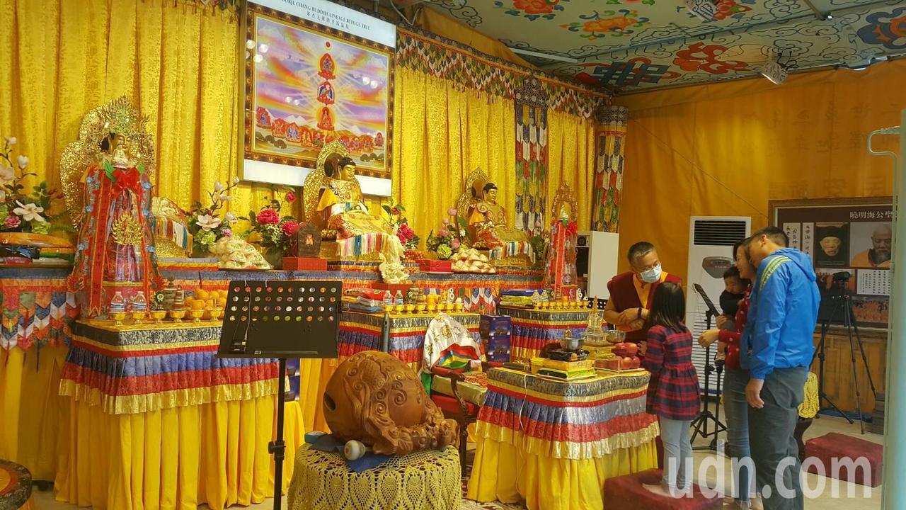 信眾在行動佛殿車上參拜與祈福。記者徐白櫻/攝影