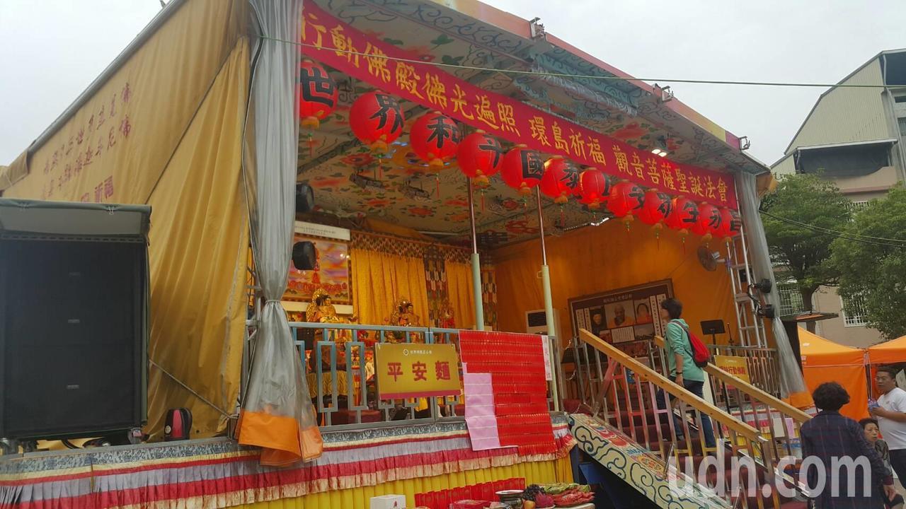 世界佛教正心會打造行動佛殿,第33站停靠旗山體育場。記者徐白櫻/攝影