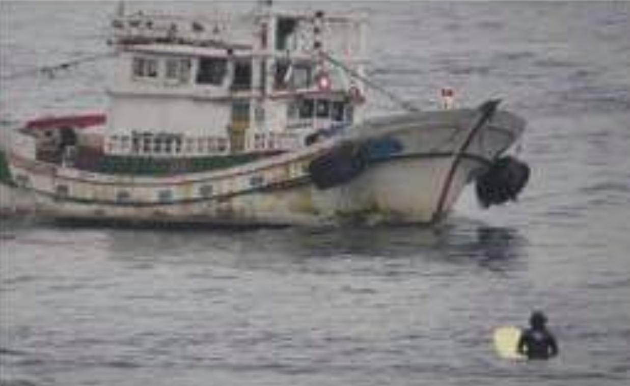 有釣客指出,宜蘭烏石港衝浪的警戒繩被漁船絞斷,距海岸不到100米,作業漁船就在衝...