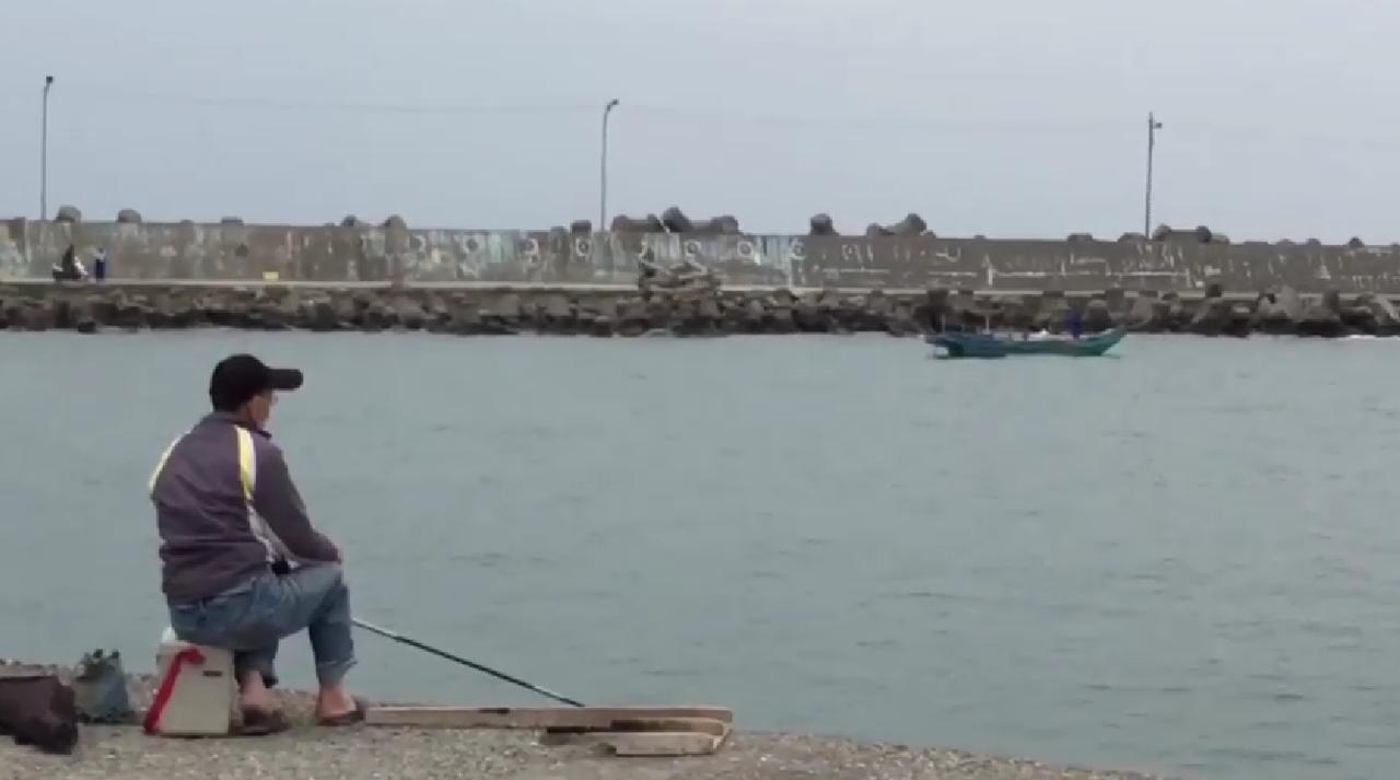 釣客在漁港釣魚,對於部分漁民非法濫捕都看在眼,網友認為漁會當然不希望開放垂釣,...