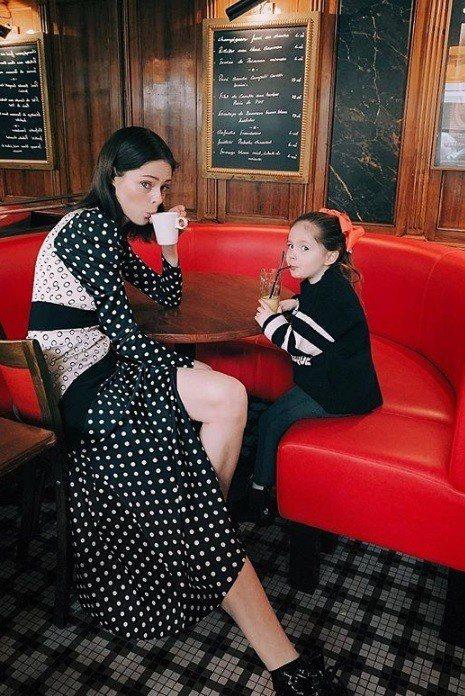 從小就和媽媽合作過許多拍攝的Ioni James Conran面對鏡頭非常自在。...