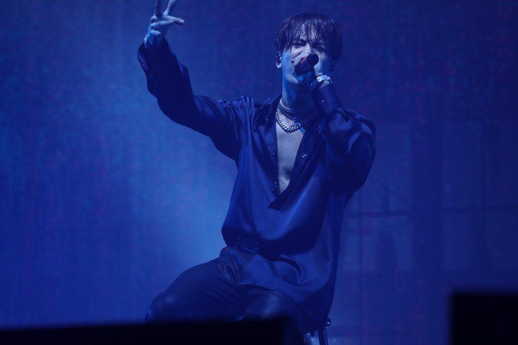 王嘉爾在生日音樂會上賣力唱跳。圖/王嘉爾工作室提供