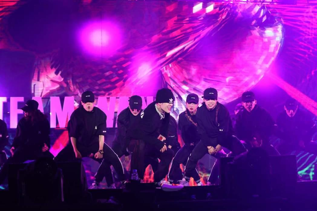 王嘉爾(中)在生日音樂會上賣力唱跳。圖/王嘉爾工作室提供