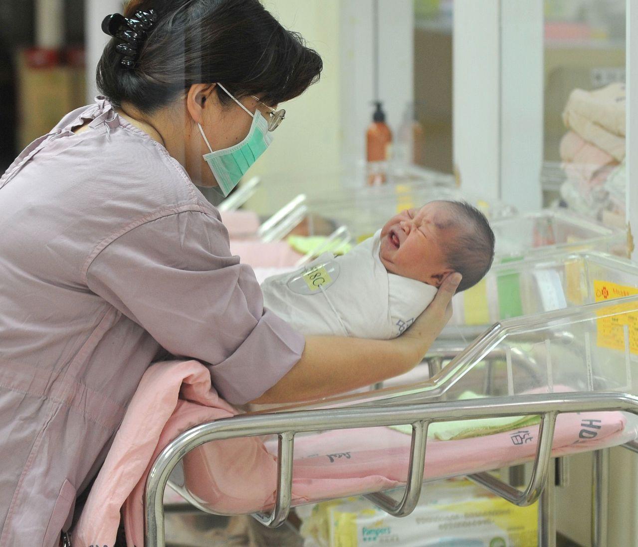「世界人口綜述」網站列出2019年版的各國生育率排名,在全球200個國家中,台灣...