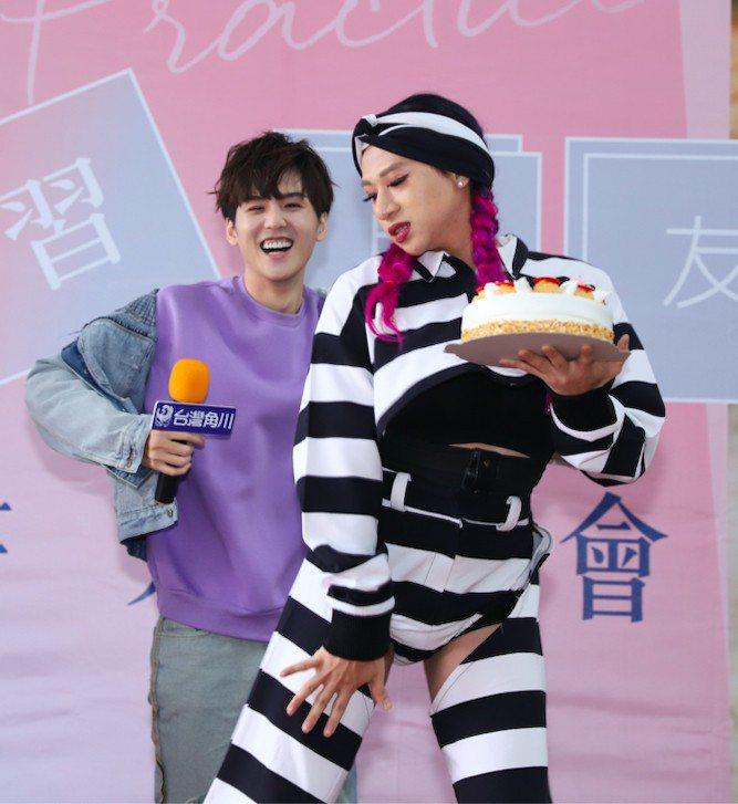 好友嘻小瓜(右)送上蛋糕祝福許凱皓。圖/台灣角川提供