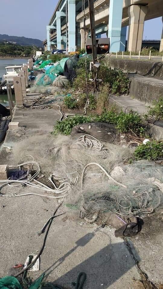 漁港的魚網垃圾髒亂經常讓人詬病,臭不可聞 。圖╱取自台灣釣權團結聯盟社群