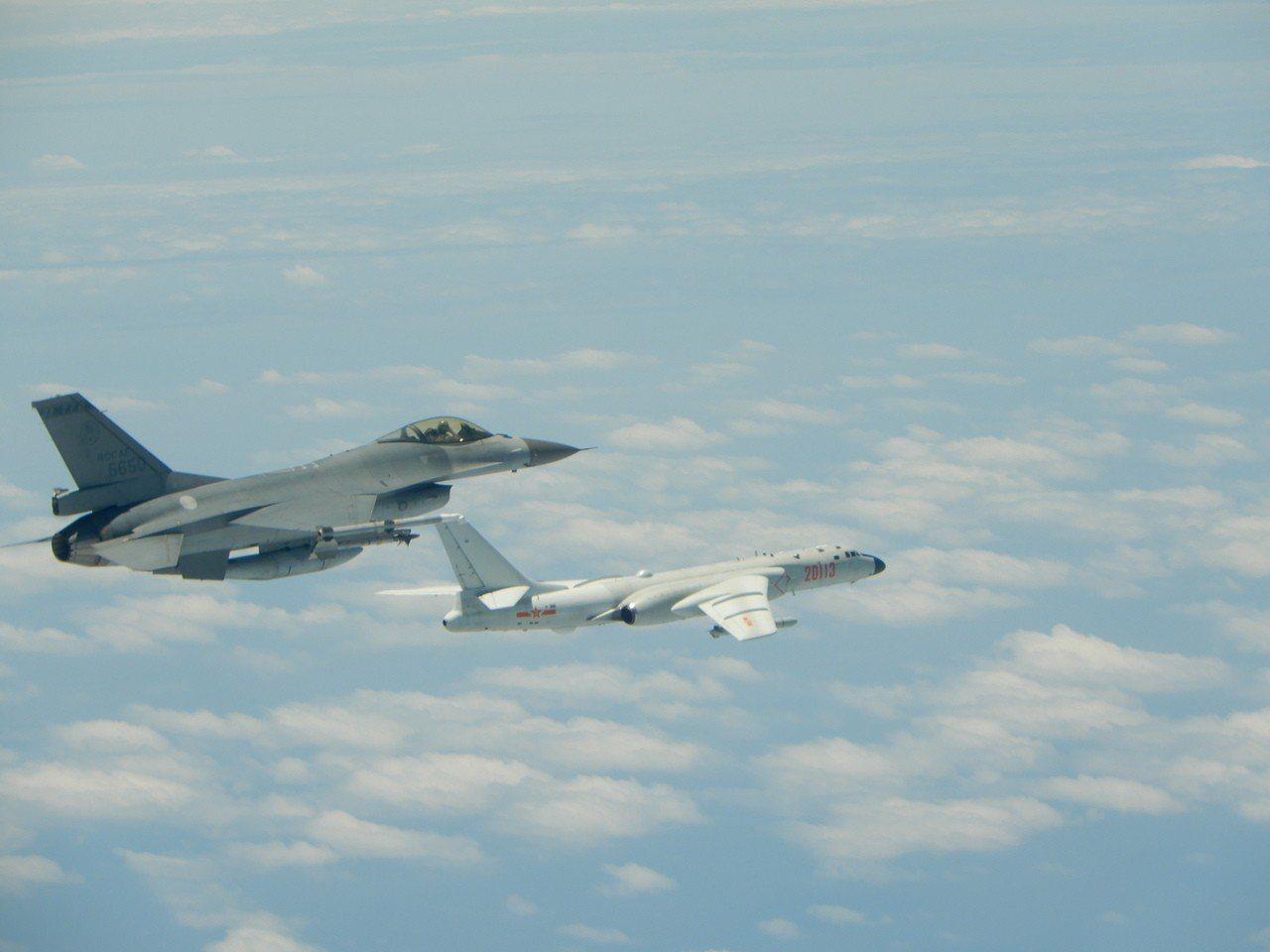 去年5月11日,空軍發布F-16攔截共軍轟六照片,圖中的F-16隸屬嘉義的第四聯...