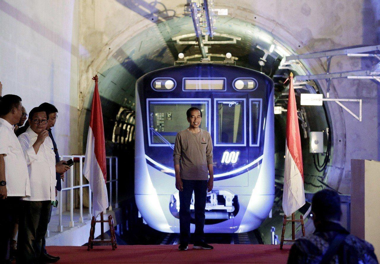 印尼總統佐科威(中)24日在雅加達主持印尼第一條捷運啟用典禮。歐新社