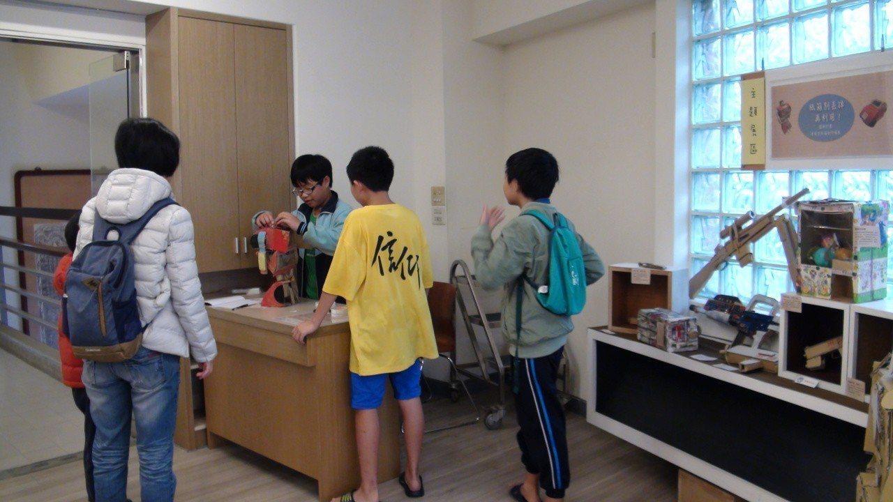 民眾到新港文教基金會館參觀曾宥杰創作個展。記者謝恩得/攝影