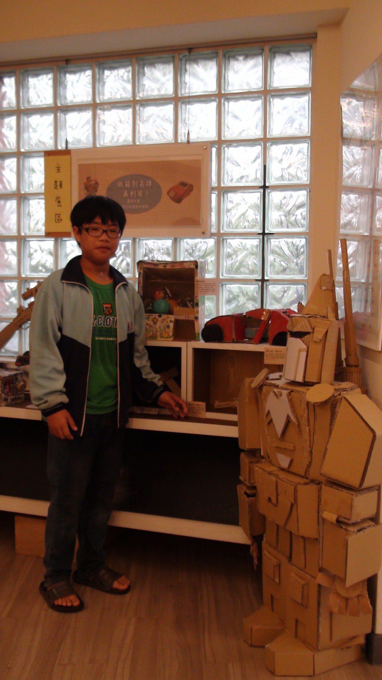曾宥杰從小用紙板做機械人,頭部和手都可動,還有許多裝置可拆解。記者謝恩得/攝影