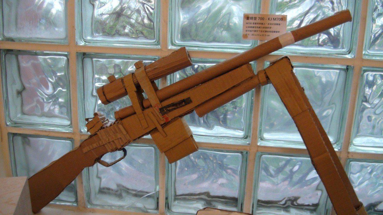 槍模型的支撐架是移動式,彈匣可取出。記者謝恩得/攝影