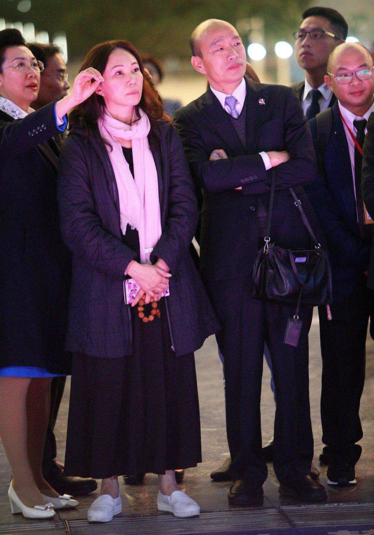 高雄市長韓國瑜與太太李佳芬在深圳市政府安排下,今晚抵達市民中心廣場欣賞著名的深圳...