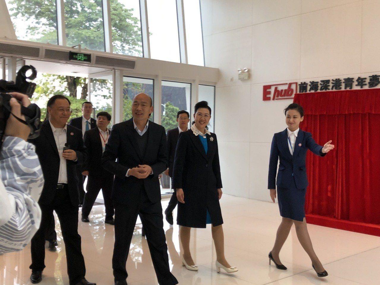 高雄市長韓國瑜與團隊到前海台灣青年創新創業基地參觀,受到熱烈歡迎。記者蔡家蓁/攝...