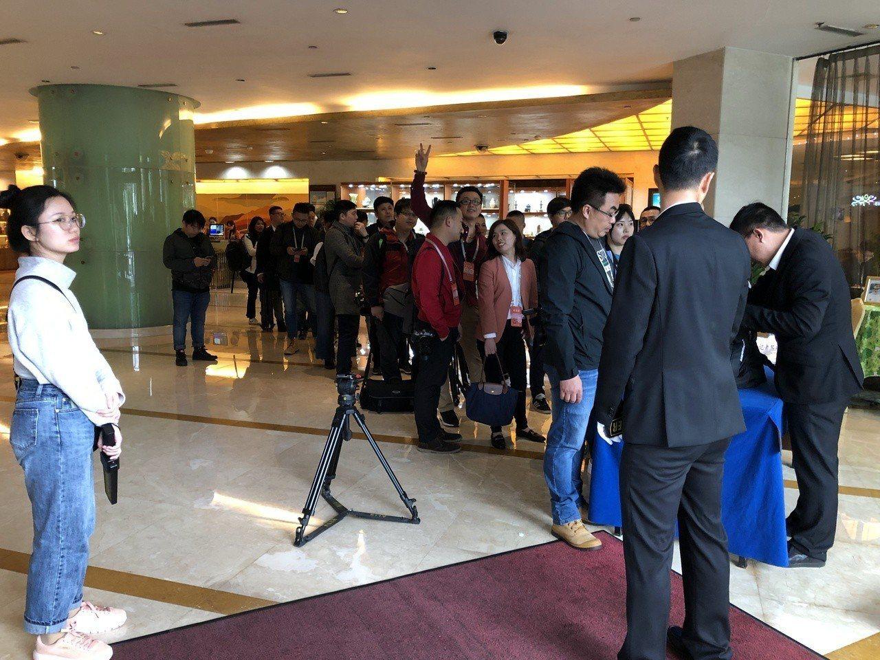 韓國瑜的深圳行,全程維安高規格,所有記者都要排隊搜身。記者蔡家蓁/攝影