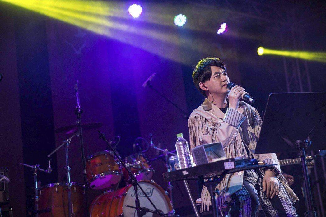 黃子佼在卡魔麥舞台連唱多首歌曲。圖/出口音樂提供