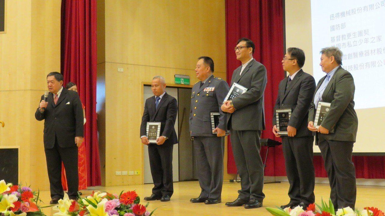 元智大學30周年校慶表揚5位傑出校友,並有校友簽署產學回饋母校意向書。 記者張弘...