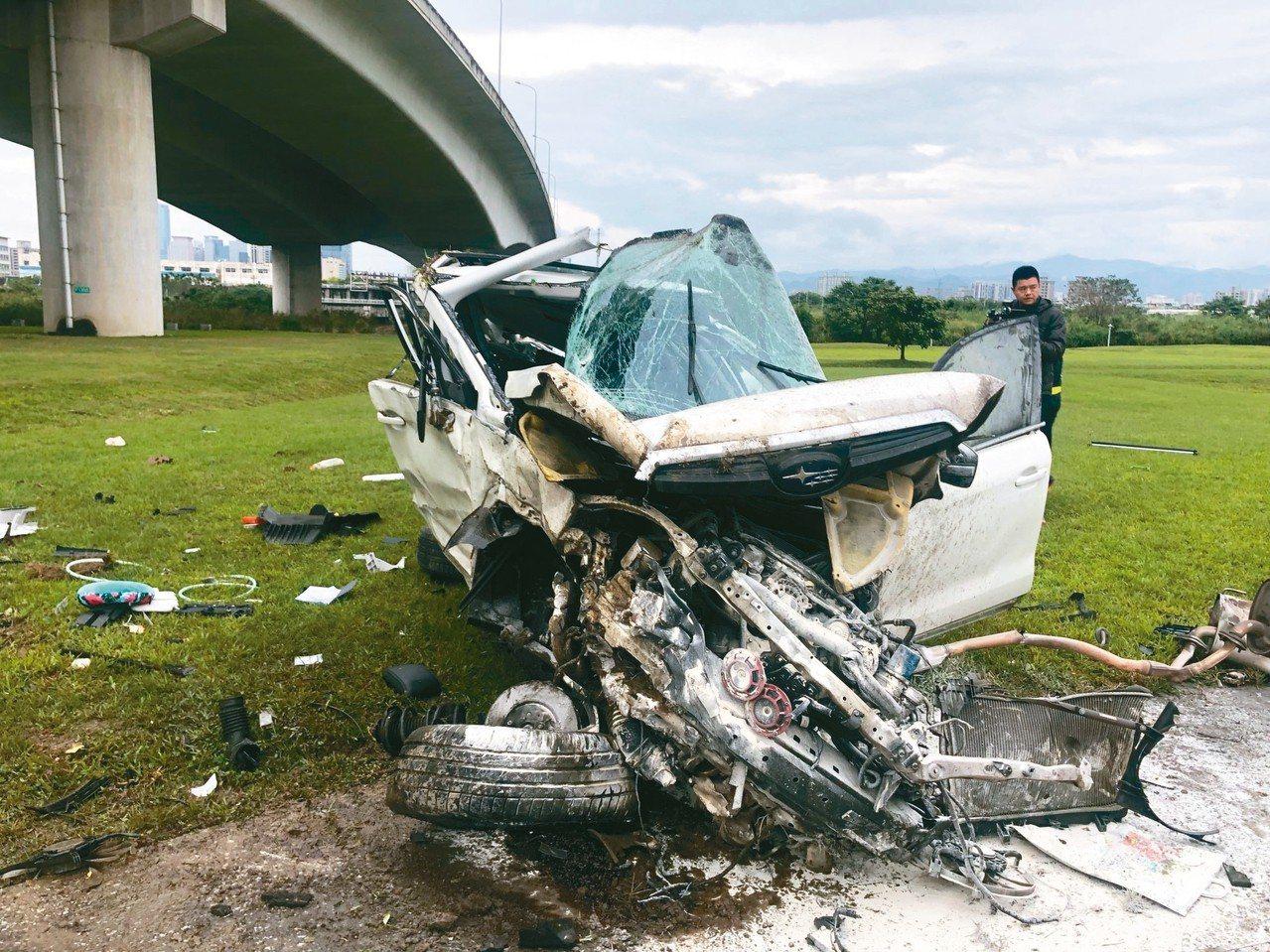 休旅車墜落地面,車體嚴重變形。 記者林昭彰/翻攝