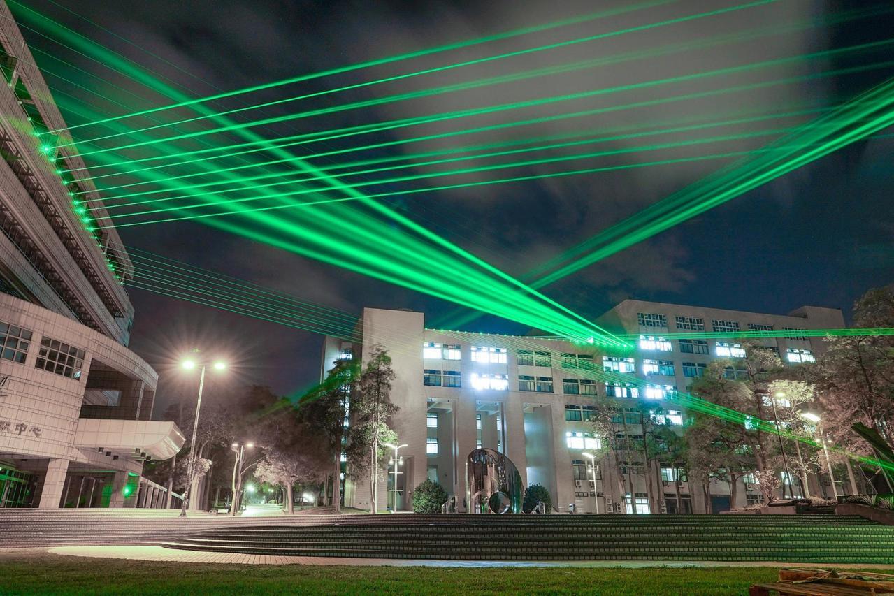 交大2017年首度以光雕設計取代耶誕樹裝置。圖/聯合報系資料照片
