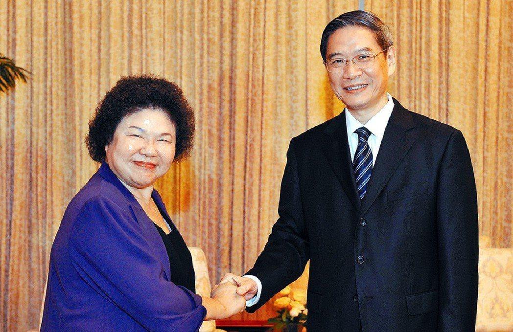 2013年8月,時任高雄市長的陳菊(左)參訪天津,大陸國台辦主任張志軍(右)專程...