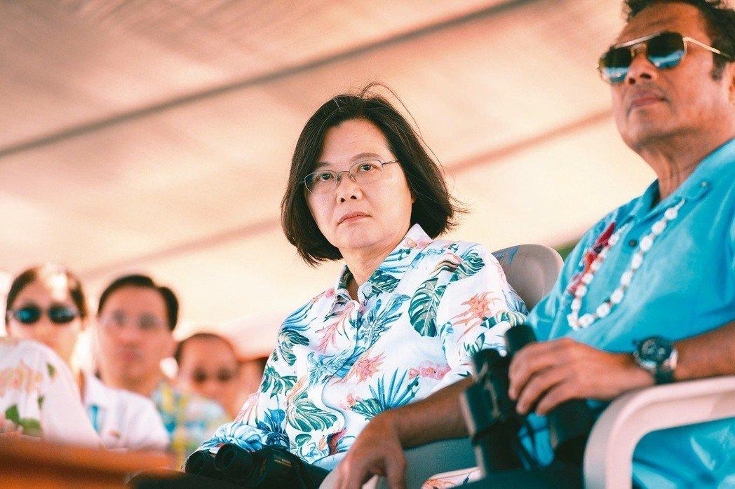 蔡英文總統(左)向高雄市長韓國瑜示警,中聯辦是中國在香港實施一國兩制的重要機構,...