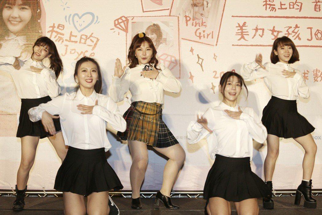 楊上昀(中)克服肢障問題,在「美力女孩」首張EP中唱跳。記者侯永全/攝影