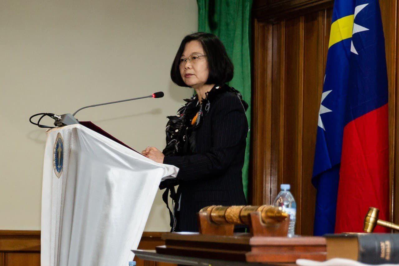 蔡英文出訪不忘發臉書提醒韓國瑜,她今天受訪時強調,韓國瑜若有機會應告訴對方,台灣...