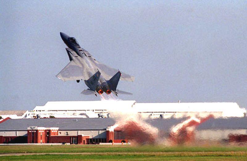 一架F-15開啟後燃器以大角度爬升姿勢離陸的。圖/翻攝自維基