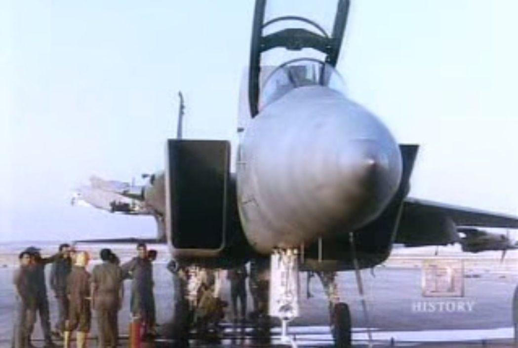 這架F-15當年只剩一片機翼還在飛行,甚至安全返家。圖/翻攝自歷史頻道