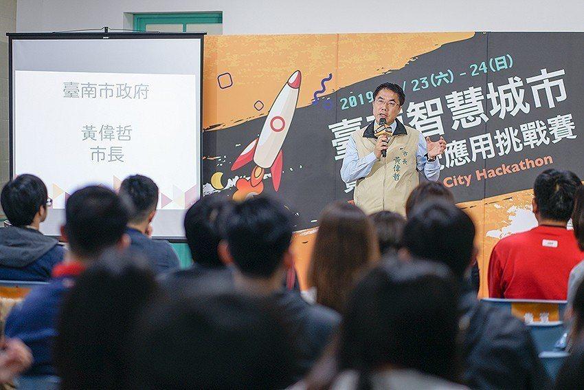 臺南市市長黃偉哲表示,有關開放資料的應用,市府一直抱持積極推動的態度,透過競賽以...