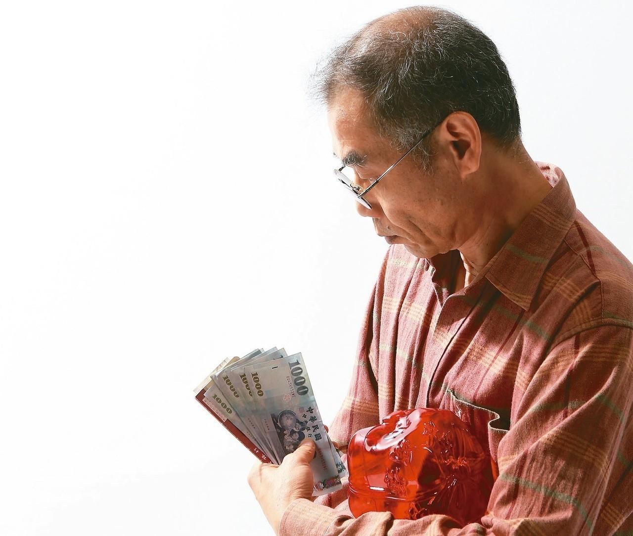 我國職業別年金制度各自分立,只要年資未達法定請領月退休金條件,就無法領到年金,目...