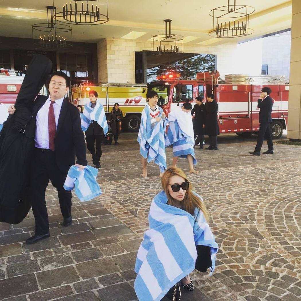 加藤紗里(蹲地者)在飯店遇到火警逃出。 圖/擷自加藤紗里IG