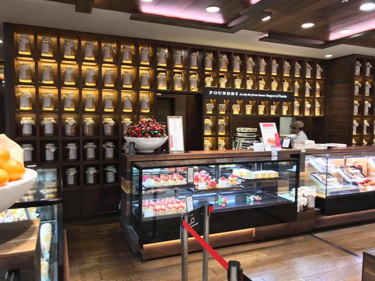 不少網友們覺得日本這家甜點店的裝潢很有「靈骨塔」風格。圖擷自爆廢公社