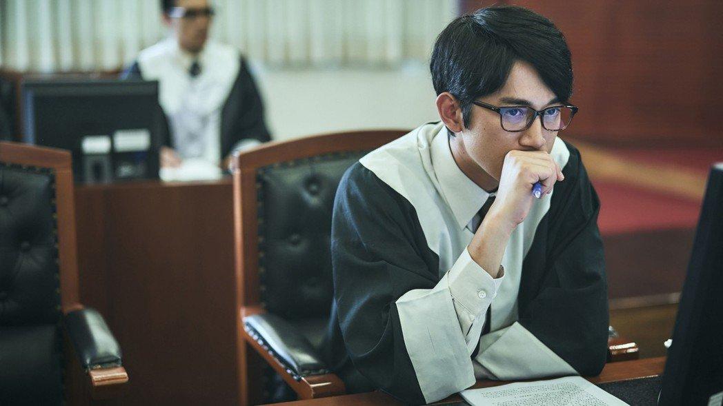 吳慷仁飾演人權律師王赦。 圖/公視提供