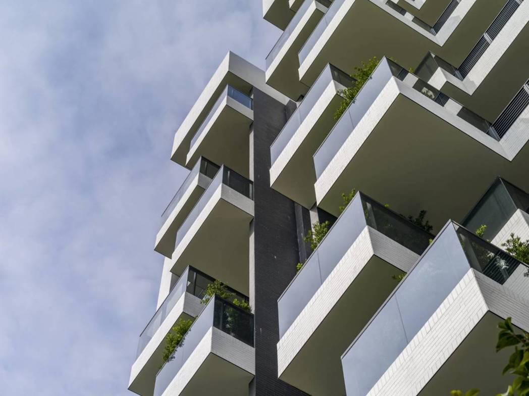 陽光下藍天白雲,建築與綠院光合呼吸、自在安定。圖片提供/嵩豐建設