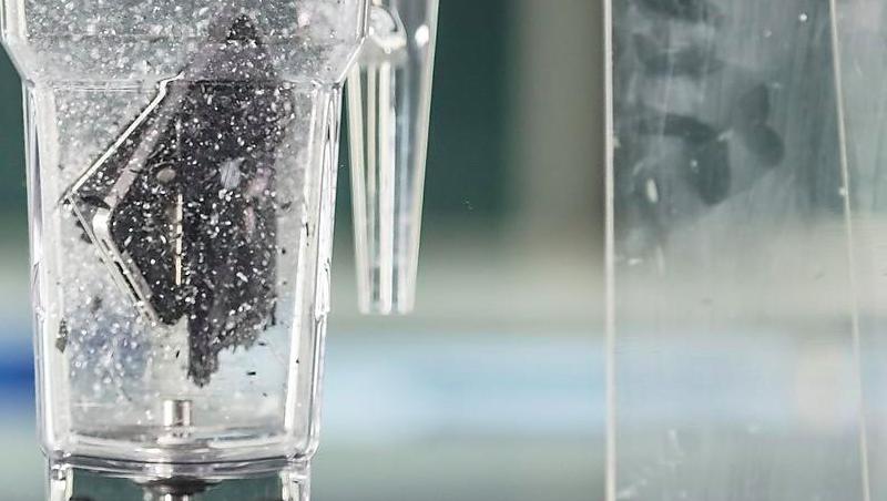 為了分析手機含有什麼成份,科學家把一支iPhone放進果汁機裡攪個粉碎。phot...