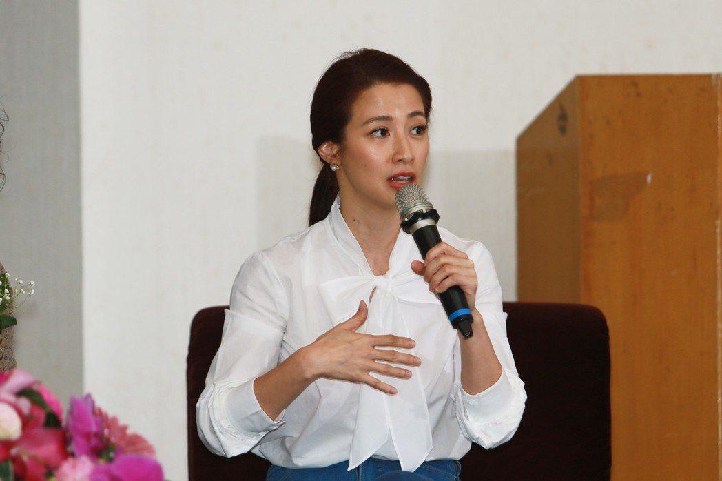 藝人李蒨蓉於論壇中,談到自己這段期間的心路歷程。 世新大學終身教育學院/提供
