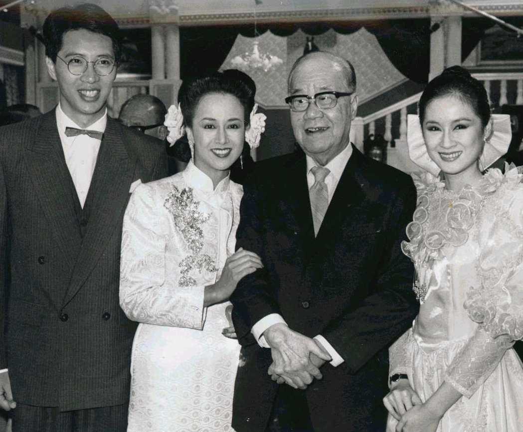 當年總統府資政謝東閔主持「藍與黑」開鏡,並與主角湯蘭花(左二)、歐陽龍(左一)、...