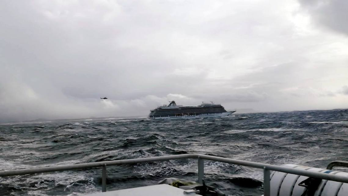 維京天空號的空中撤離行動,一直延續到周日上午海象趨緩為止。全船後來也在24日下午...